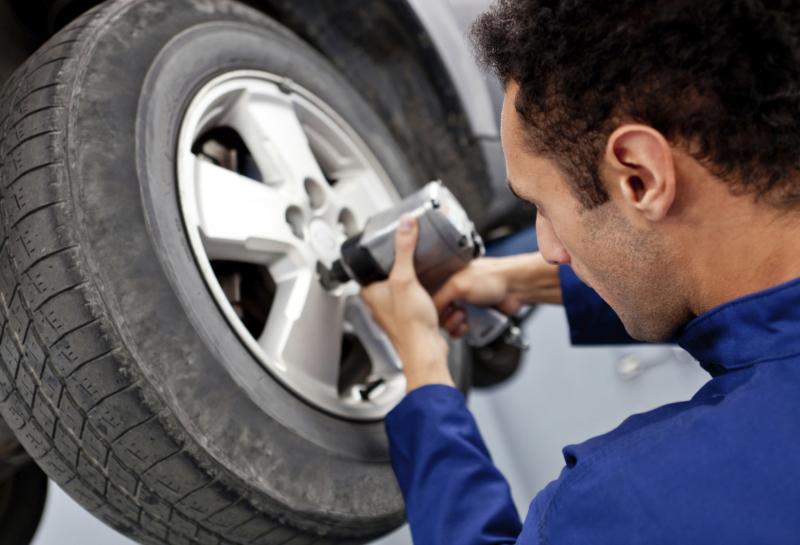 Reifen werden ans Auto angebracht